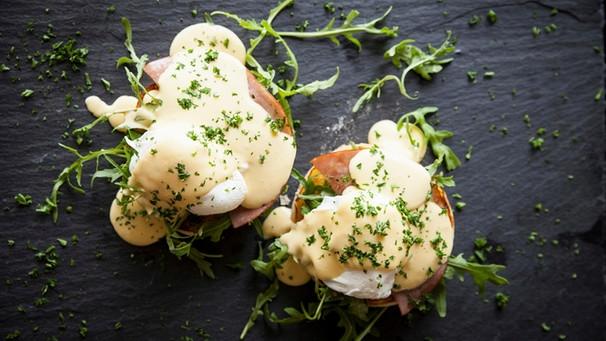Alexander herrmann rezepte & tipps  Sauce Hollandaise : Rezept für raffinierte Eggs Benedict auf Salat ...
