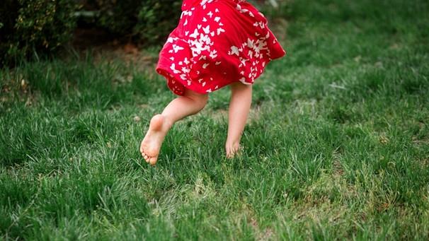 Mädchen läuft barfuß / Foto:mauritius images