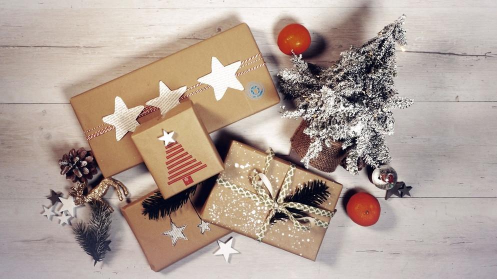 Geschenke verpacken: Weihnachtsgeschenke schön mit Packpapier ...