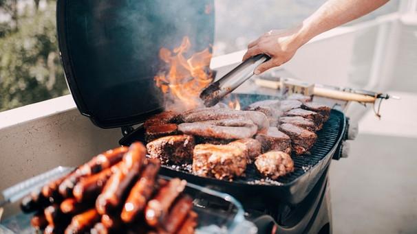 Gas Oder Holzkohlegrill Unterschied : Gasgrill oder kohlegrill: welcher grill typ sind sie? bayern 1