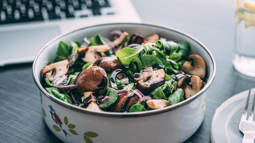 Feldsalat: Rezept für Feldsalat mit Dressing aus Steinpilzen und Sherry