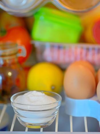 Schälchen mit Natron steht in einem Kühlschrank | Bild: colourbox.com