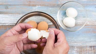 Mann schält gekochte Eier | Bild: colourbox.com