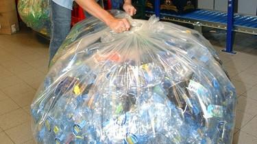 PET-Einwegflaschen im Müllsack   Bild: picture-alliance/dpa