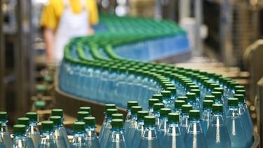Mehrweg-PET-Flaschen in Befüllungsanlage   Bild: picture-alliance/dpa