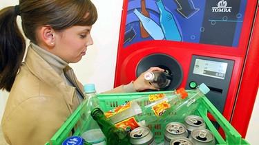 Frau entsorgt Pfandflaschen   Bild: picture-alliance/dpa