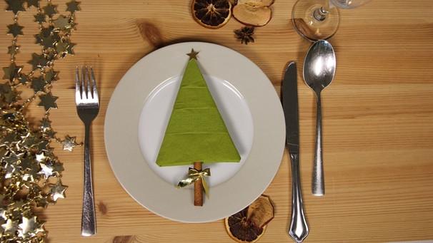 Weihnachtliche Tischdekoration Christbaum Aus Einer Serviette