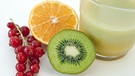 Vitaminspender von links nach rechts: Johannisbeeren, Orange, Kiwi, Obstsaft. | Bild: picture-alliance/dpa