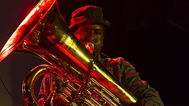 "Ein Mitglied der Jazz-Band ""Sons of Kemet"" spielt auf der Tuba auf dem New York Winter Jazz Festival  