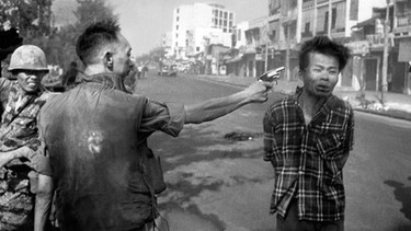 Der Polizeichef von Saigon, General Nguyen Ngoc Loan, erschießt am 1. Februar 1968 auf einer Straße in Saigon Nguyen Van Lem, der unter Verdacht stand, Offizier des Vietcong zu sein. from the north. (AP Photo/Eddie Adams, File) | Bild: picture-alliance/dpa