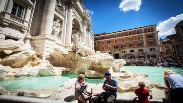 Touristen vor der Fontana di Trevi in Rom | Bild: picture-alliance/dpa/Pacific Press Agency