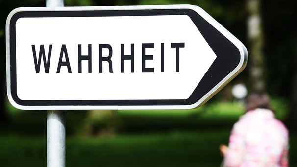 "Ein Schild mit der Aufschrift ""Wahrheit"", Teil der Skulptur ""Looking for New Directions"" des Künstlers Ben Vautier (2017) 