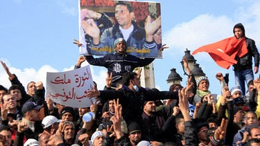 "Wütende Demonstranten mit einem Bild ""ihres"" Märtyrers, des Gemüsehändlers Mohamed Bouazizi, im Januar 2011 in Tunis 