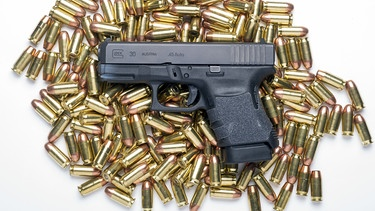 Glock Pistole mit Munition | Bild: picture-alliance/dpa