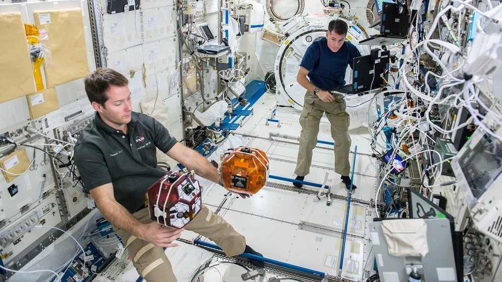 Die Astronauten Thomas Pesquet und Shane Kimbrough in der Internationalen Raumstation ISS | Bild: picture-alliance/dpa