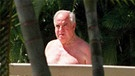 Während seines Aufenthaltes in Australien erholt sich Bundeskanzler Helmut Kohl am 4.5.1997 am Pool eines Hotels in Port Douglas (bei Cairns). | Bild: picture-alliance/dpa / epa AFP Stringer