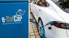 Elektoauto beim Laden | Bild: picture-alliance/dpa