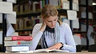 Studentin in einer Bibliothek | Bild: picture-alliance/dpa