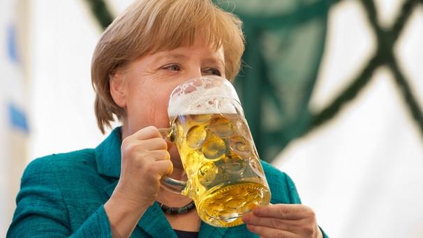 Merkel trinkt Bier   Bild: picture-alliance/dpa/Stefan Sauer