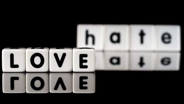 Schriftzug Love and hate | Bild: colourbox.com
