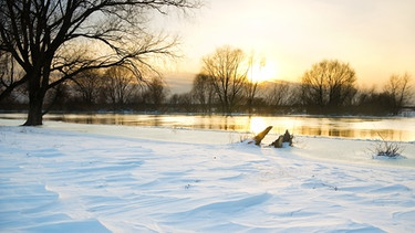Winterlandschaft am Fluss | Bild: colourbox.com