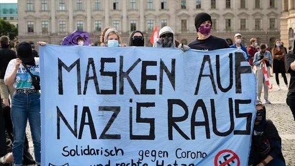 Mitglieder der Antifa protestieren gegen Corona-Leugner | Bild: picture alliance/Christoph Gateau