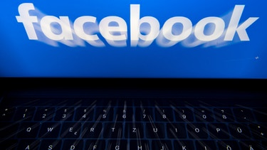Facebook - Symbolbild mit Laptop | Bild: picture-alliance/dpa