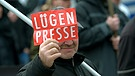 "Demonstrant in Brandenburg mit Schild ""Lügenpresse"" 