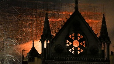 Notre Dame in Paris in der Brandnacht | Bild: picture-alliance/dpa