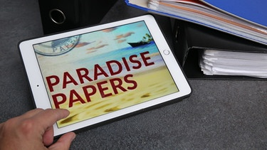 Paradise Papers auf Tablett | Bild: picture-alliance/dpa