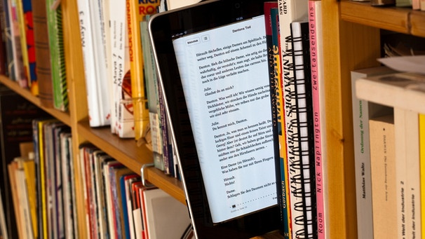 ebook im Bücherregal | Bild: picture-alliance/dpa