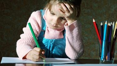 lernendes Mädchen am Schreibtisch | Bild: colourbox.com
