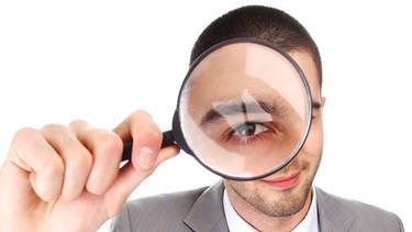Mann schaut durch eine Lupe | Bild: colourbox.com
