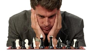 Nachdenklicher Mann vor Schachbrett | Bild: Getty Images