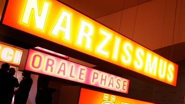 Leuchttafeln in der Psychoanalyse-Ausstellung im Jahr 2006 in Berlin, anlässlich des 150. Geburtstages von Sigmund Freud | Bild: picture-alliance/dpa