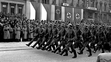 1939: Parade der Wehrmacht in Prag | Bild: picture-alliance/dpa
