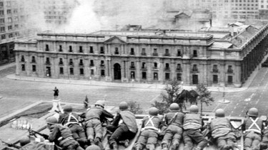 Pinochets Militärputsch in Chile 1973: Beschießung der Moneda in Santiago | Bild: picture-alliance/dpa