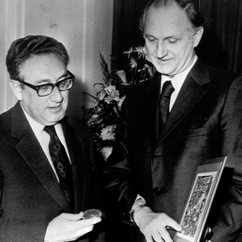 Henry Kissinger (links) erhält 1973 den Friedensnobelpreis | Bild: picture-alliance/dpa
