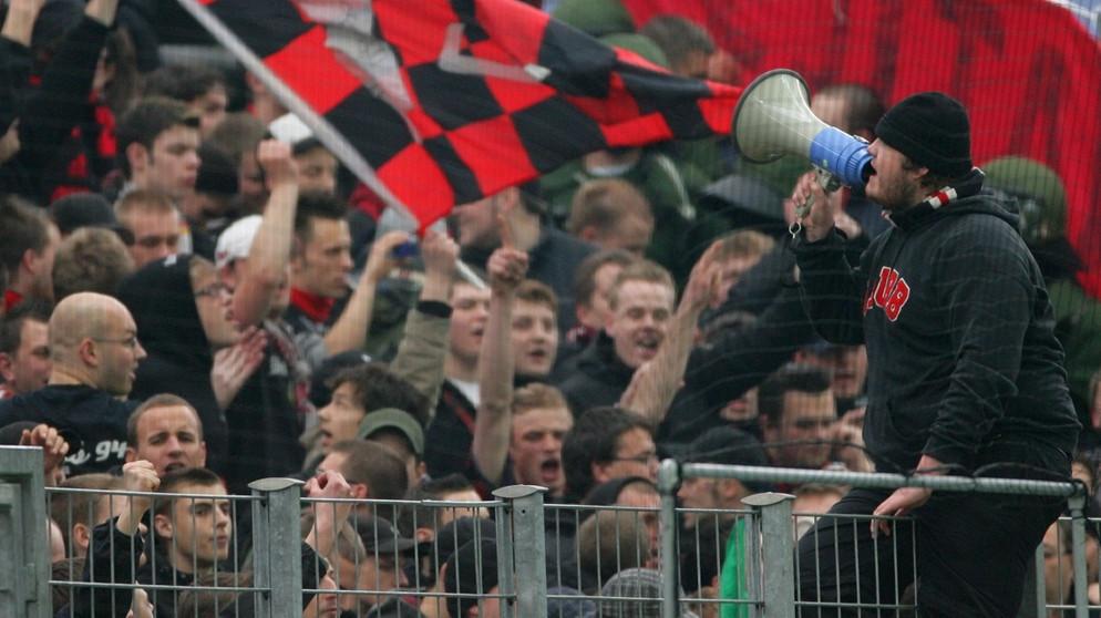 Fussball Und Gewalt Ultras Die Provokante Fan Avantgarde