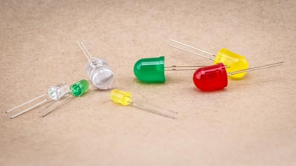 Eine Weiße Leuchtdiode Neben Drei Farbigen LED Exemplaren | Bild:  Picture Alliance/